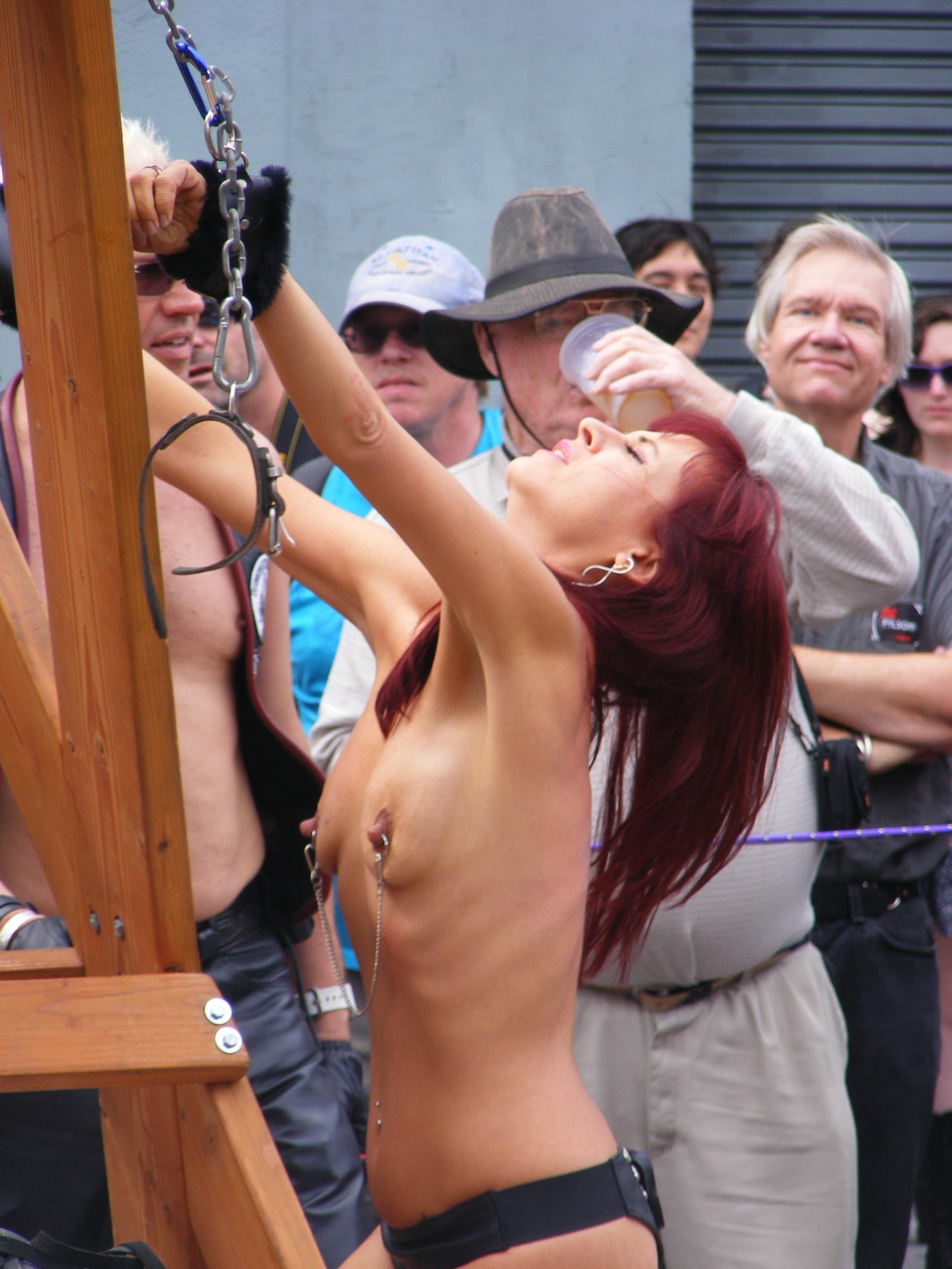 Публичное унижение голая 3 фотография