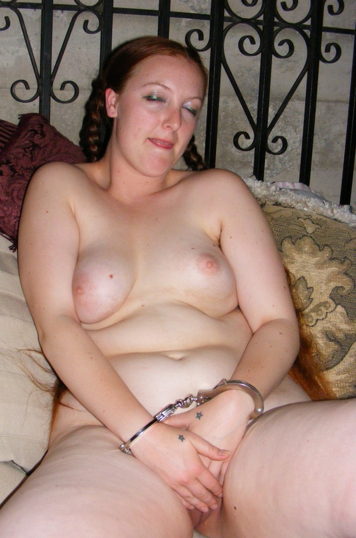 Mude redhead in handcuffs masturbating