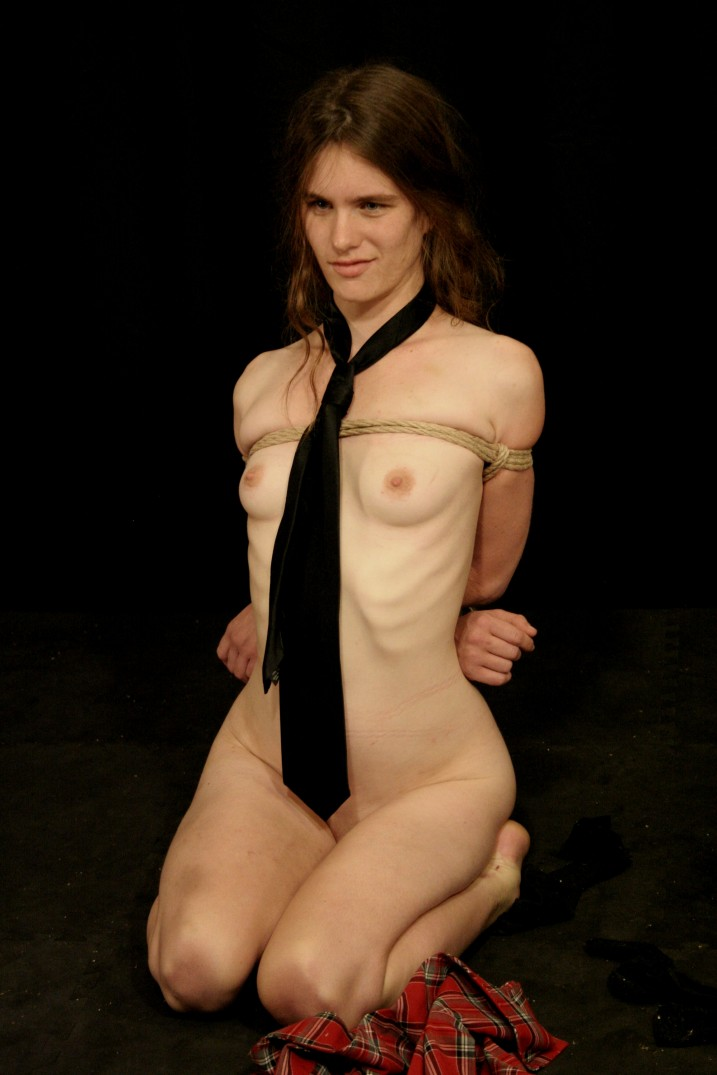 Bounk naked slave girl kneeling